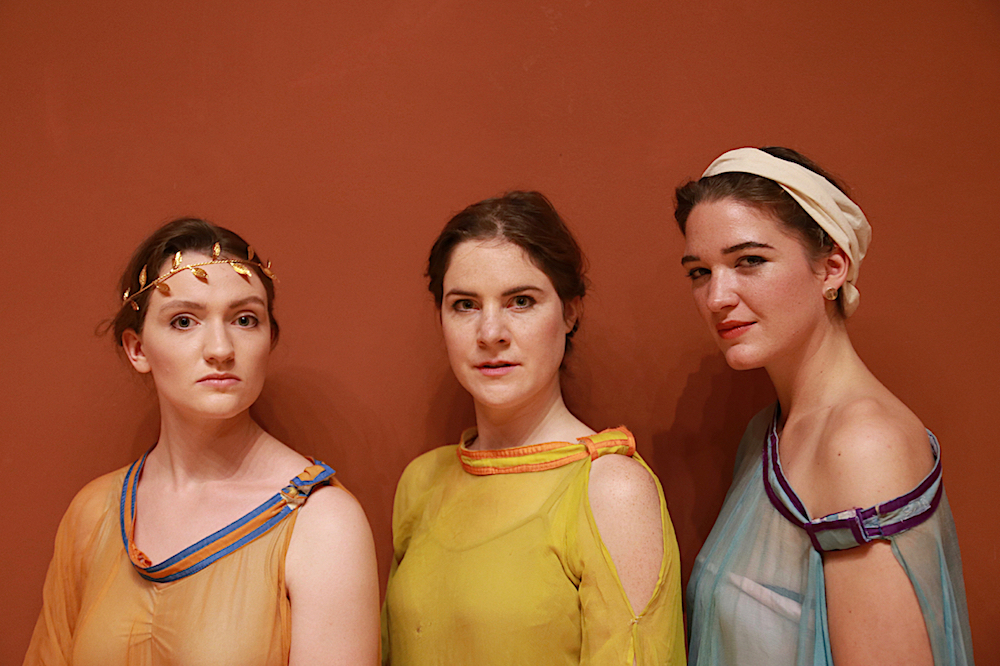 Drei junge Frauen in antiken Roben