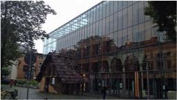 Gläserne Außenfassade eines Museums