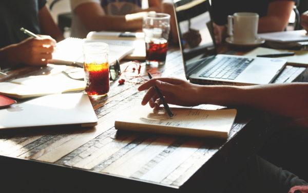 Gläser und Arbeitsmaterial auf einem Tisch