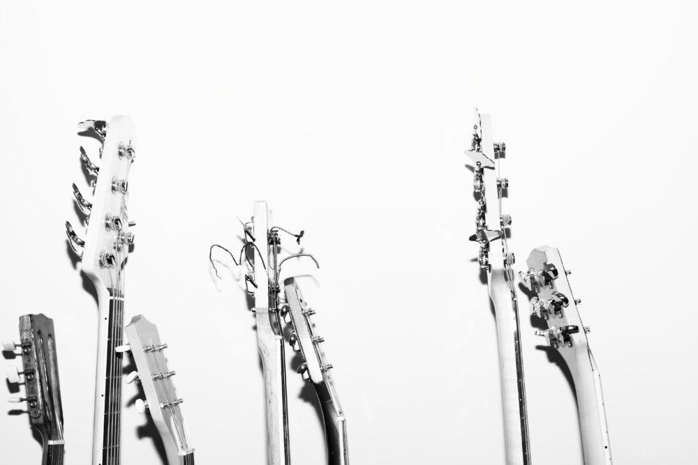 Sieben Gitarrenhälse