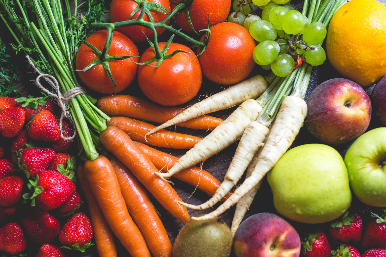 Erdbeeren, Karotten, Tomaten, Rettich und anderes Obst und Gemüse