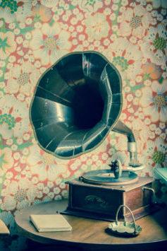 Ein altes Grammophon auf einem Tisch