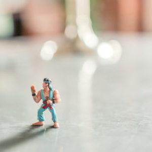 Eine Karate-Spielfigur