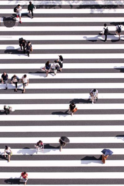 Menschen überqueren einen Zebrastreifen