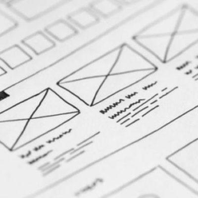 Wireframes für eine Webseite auf Papier