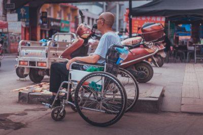 Ein Mann im Rollstuhl auf der Straße