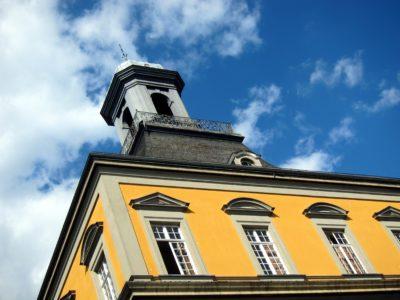 Turm der Universität Bonn vor blauem Himmel