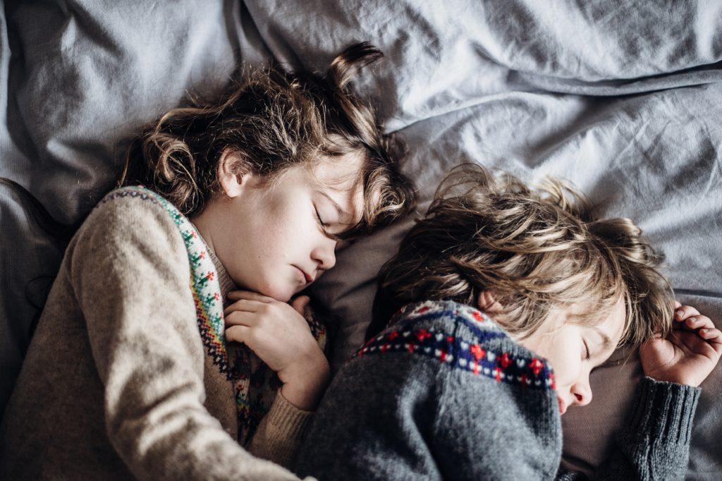 Ein Mädchen und ein Junge schlafend