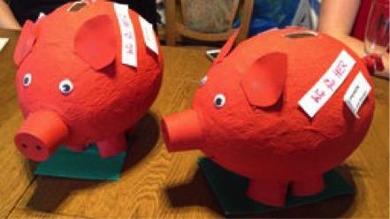 Zwei rote Sparschweine aus Pappmaschee
