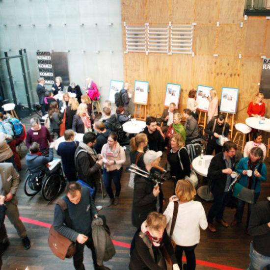 Viele Menschen in einer großen Halle