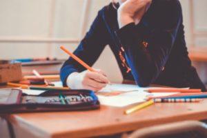 Ein Mädchen hat einen Stift in der Hand