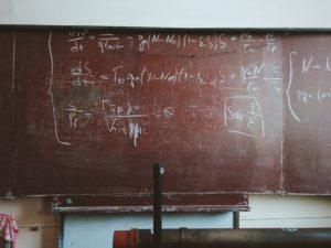 Eine rote Tafel in einem Klassenzimmer