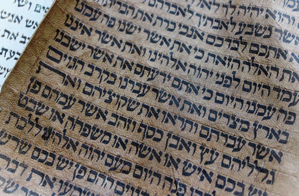 Hebräische Schriftzeichen auf Papier