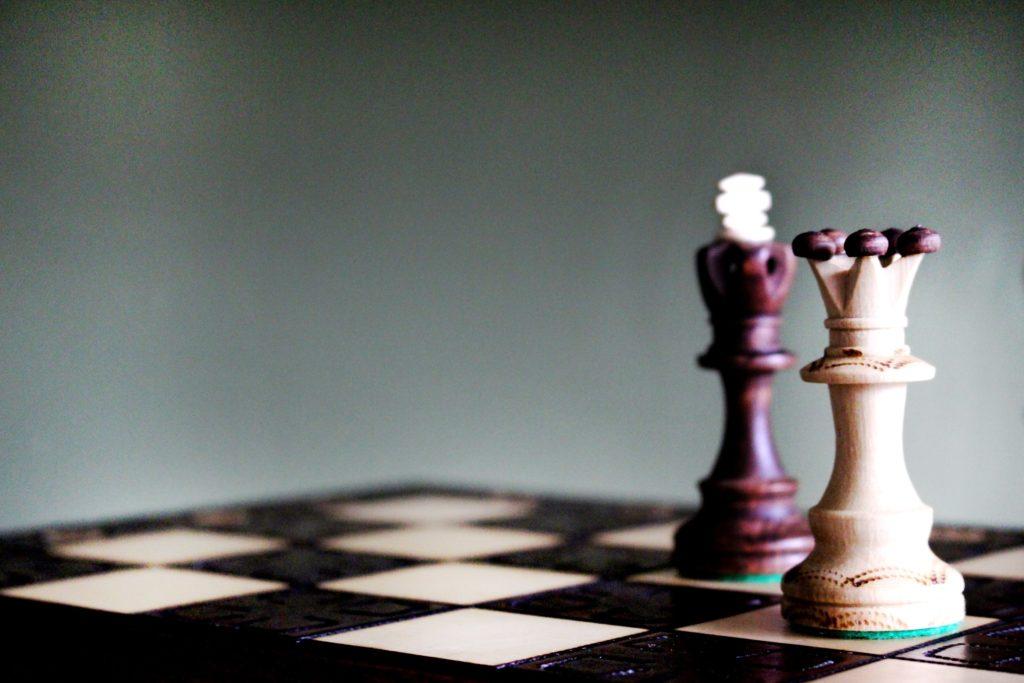 Zwei Figuren auf einem Schachbrett