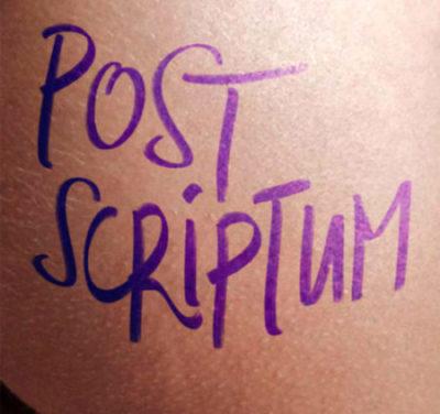 """Auf einem Po steht """"Post Scriptum"""" in blauer Farbe geschrieben."""